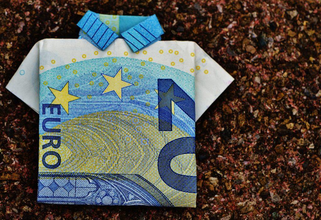 20 Euro Schein zu einem Hemd gefaltet